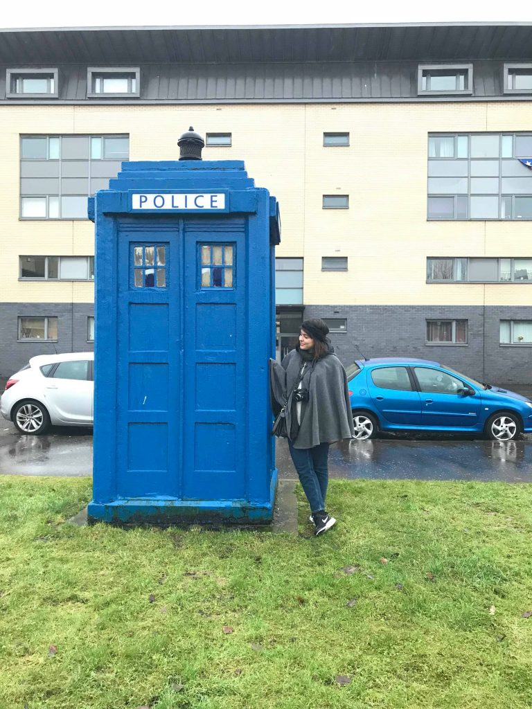 Je pose à côté du Tardis à Glagow, en Écosse.
