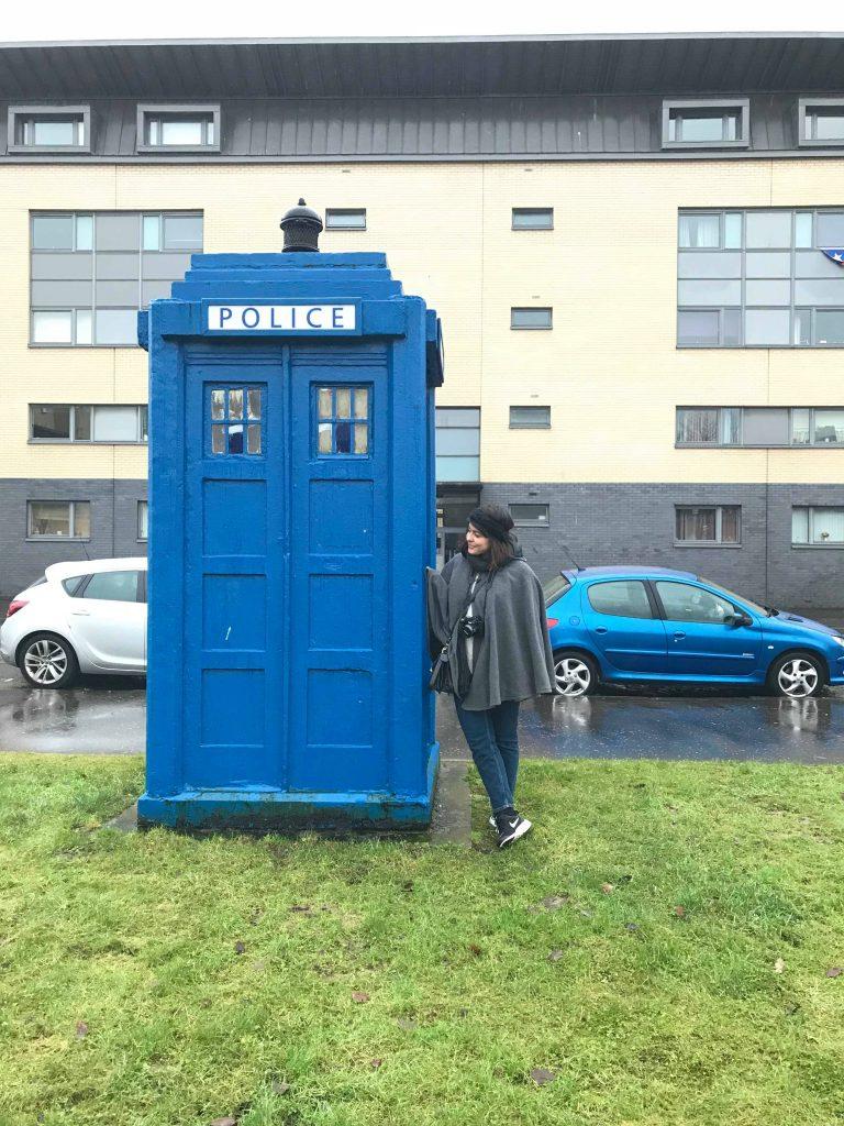 Posando junto al Tardis en Glagow, Escocia.